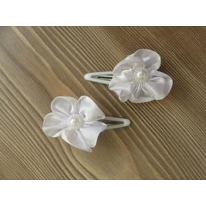 Fehér, gyönggyel díszített szatén virág hajdísz/hajcsat párban